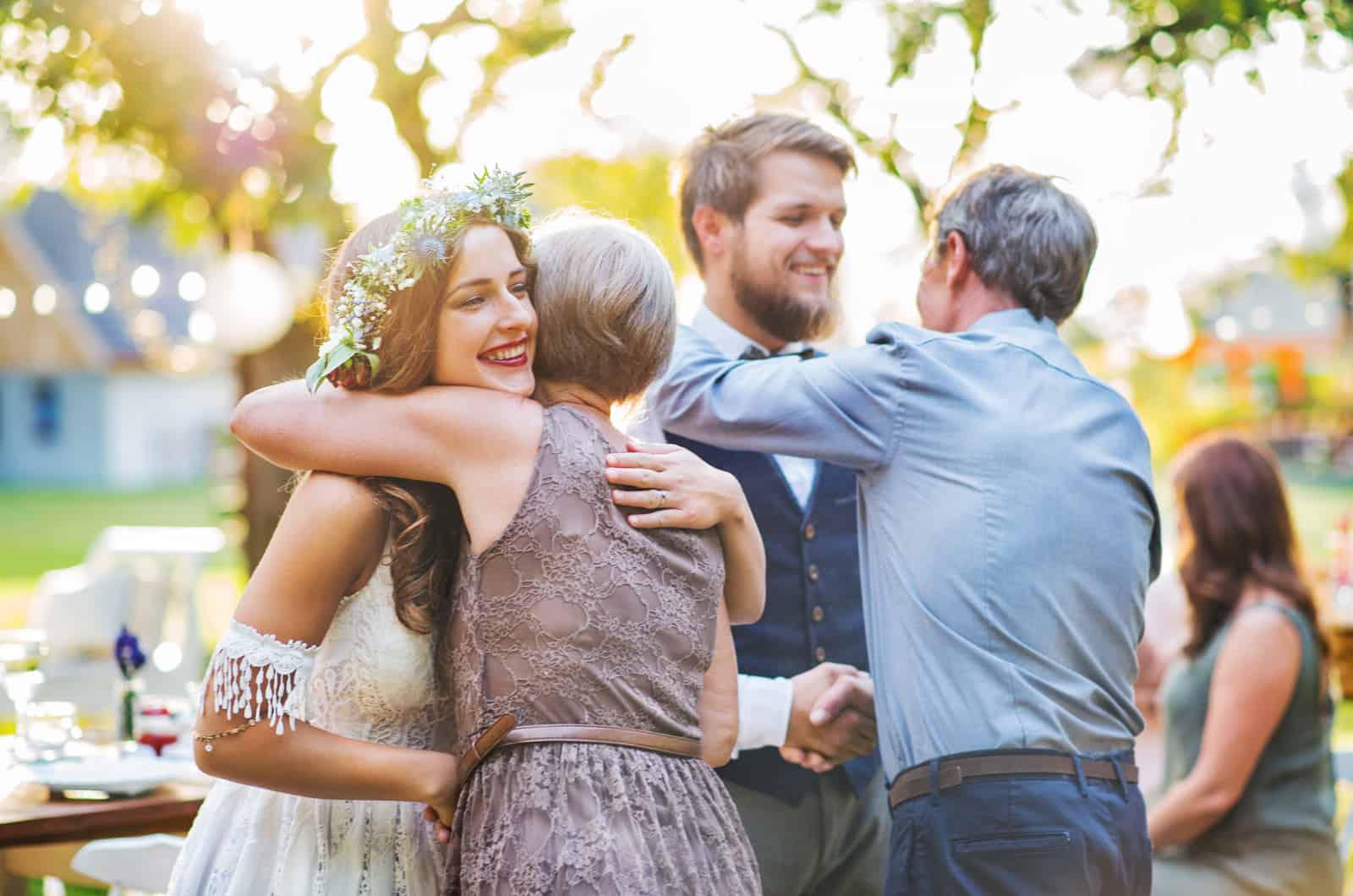 Familie gratuliert dem Hochzeitspaar
