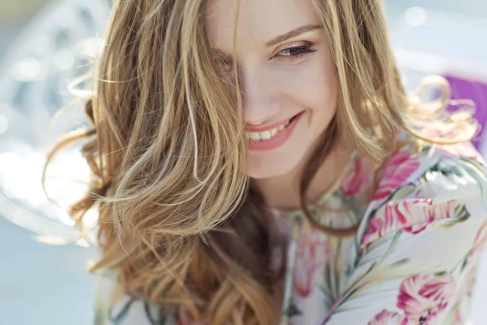 Frau mit langen blonden Haaren lächelt