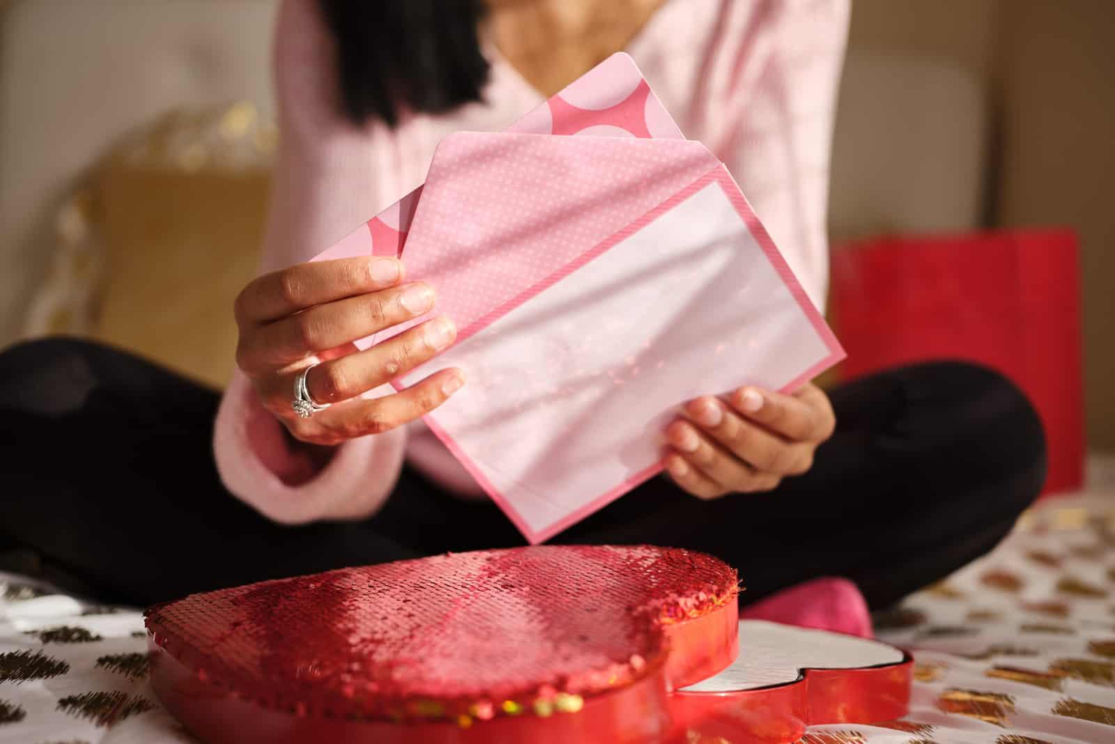 Frau öffnet Liebesbrief am Valentinstag