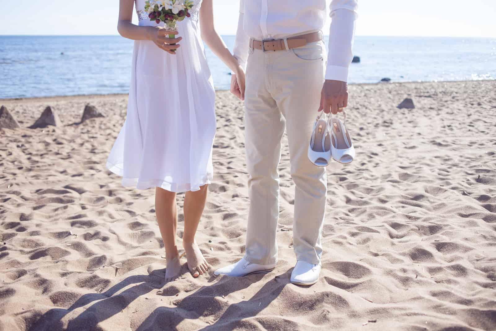 Frisch verheiratetes Paar am Sandstrand