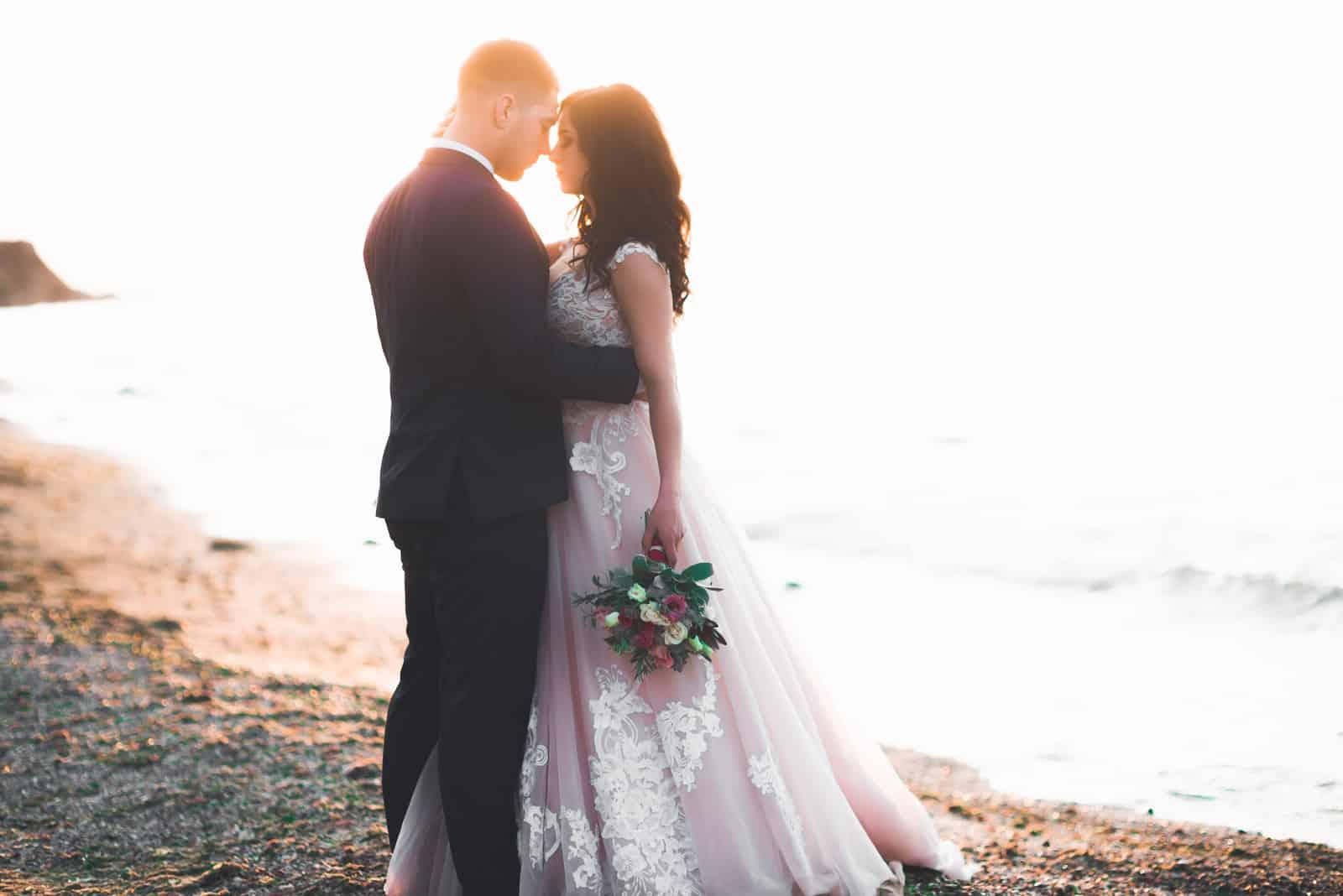 Fröhliche und romantische Szene eines frisch verheirateten jungen Hochzeitspaares