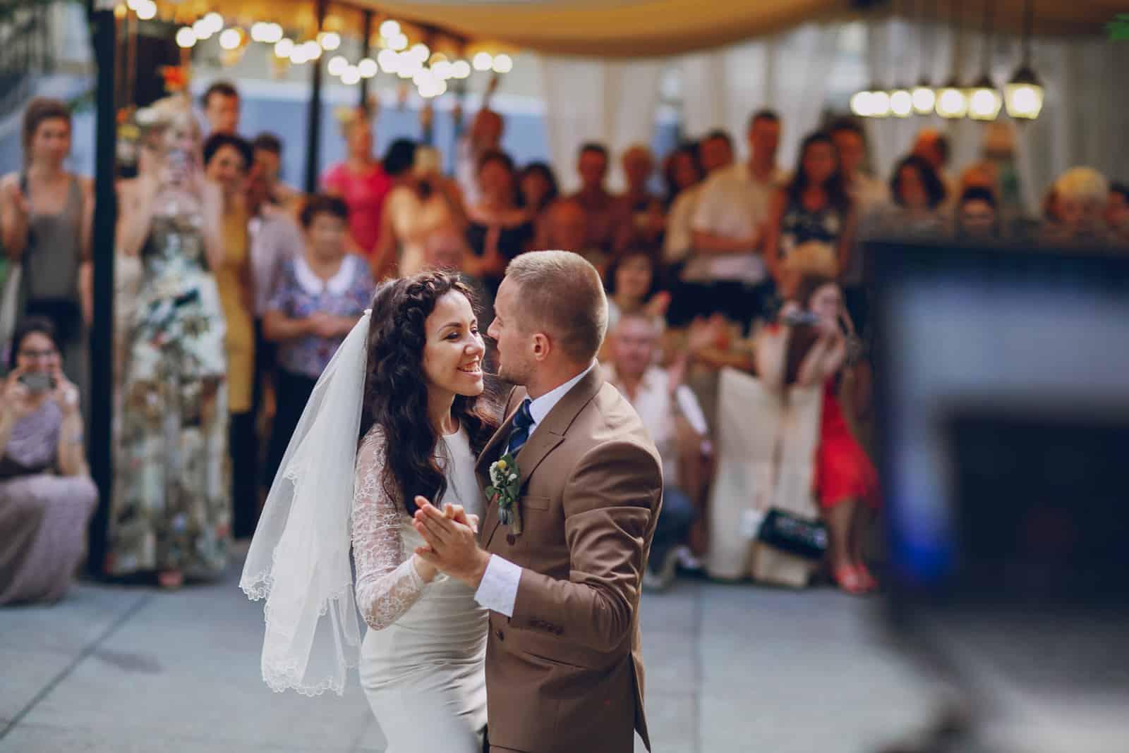 Hochzeit wundervolles junges Paar tanzen