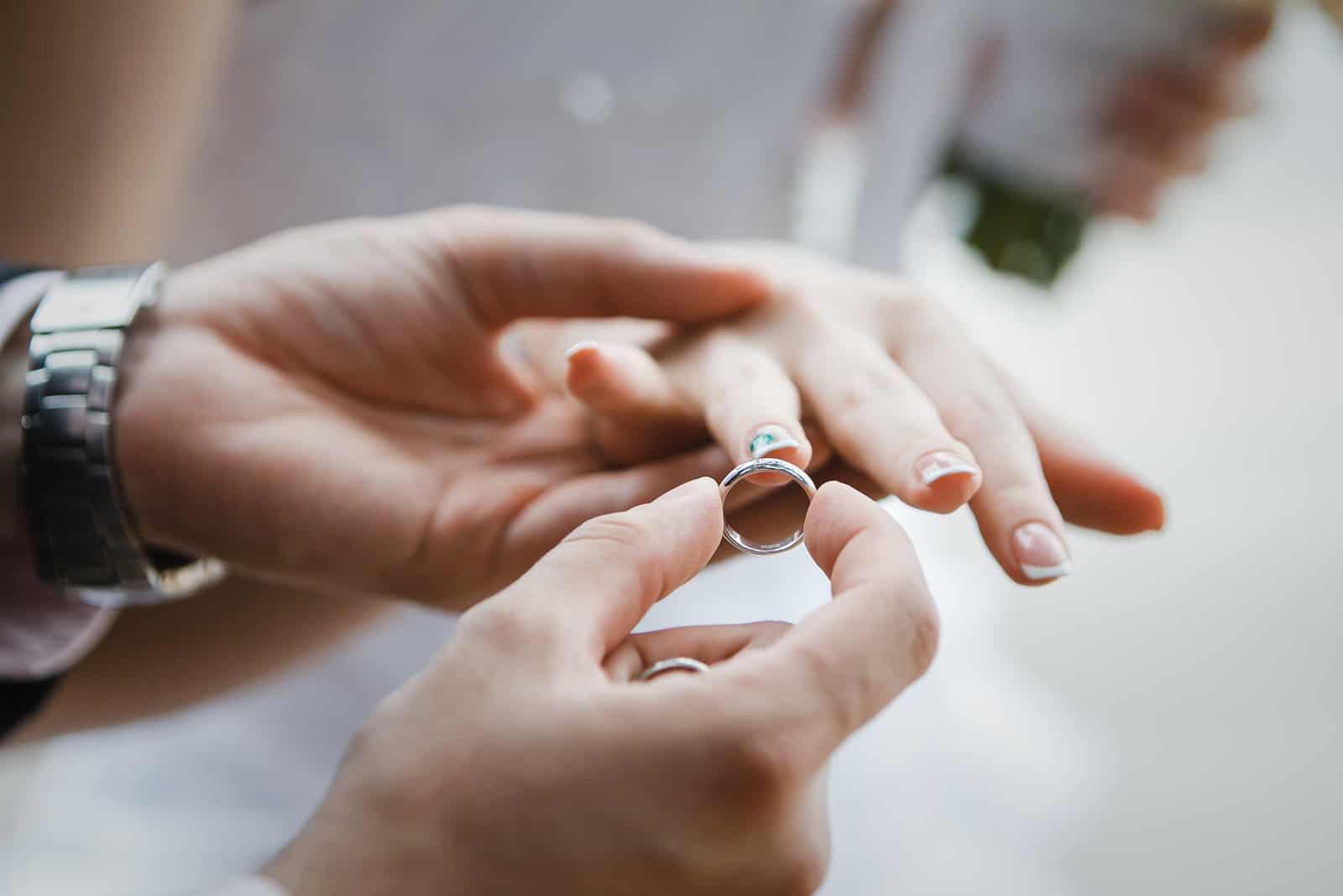 Hochzeitshände eines Brautpaares