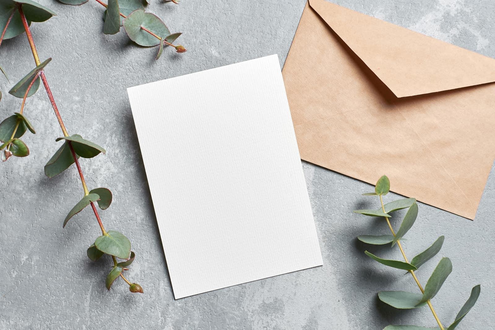 Hochzeitskarteneinladung auf dem Tisch