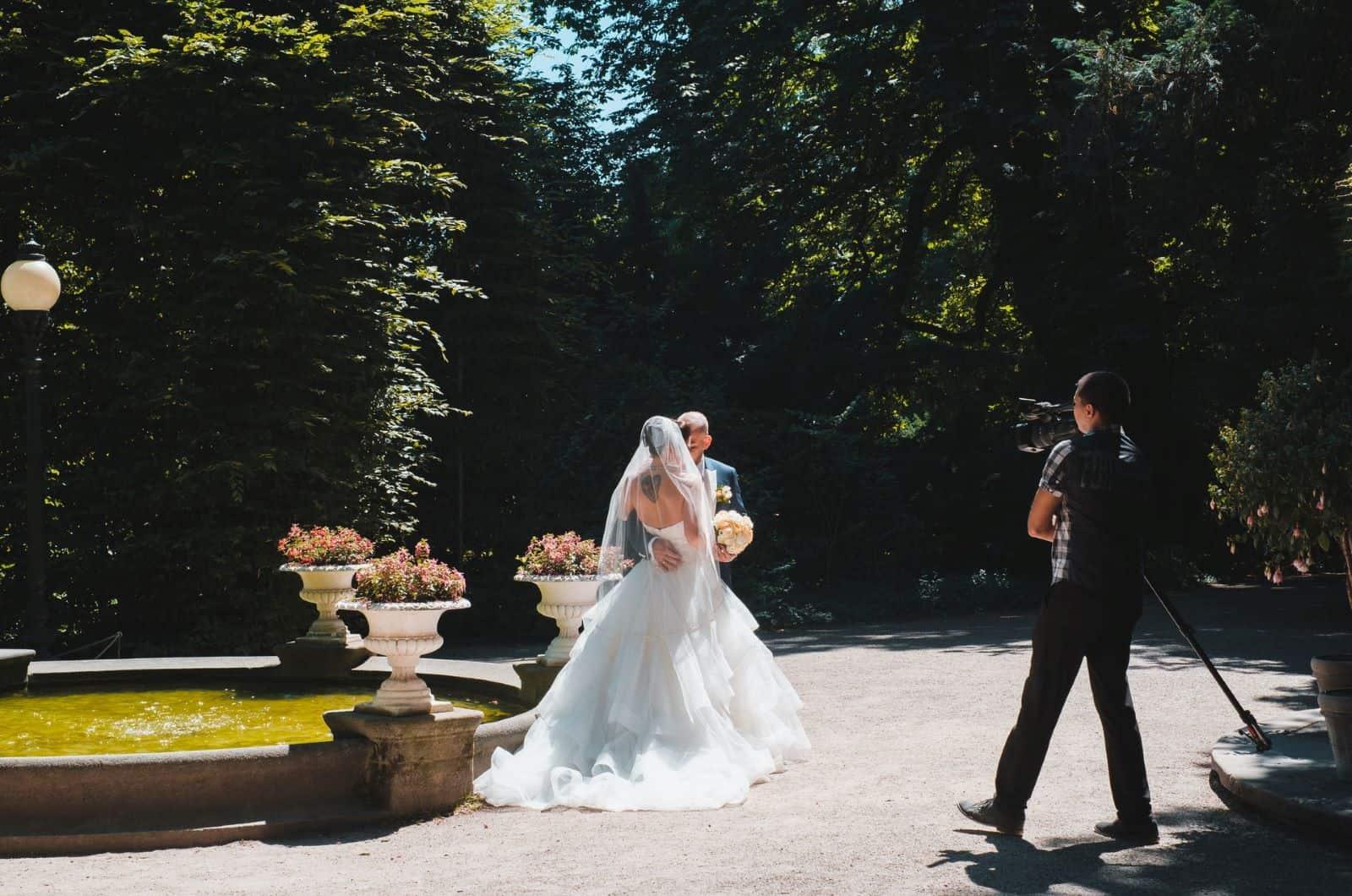 Hochzeitspaar aufgenommen von einem Kameramann