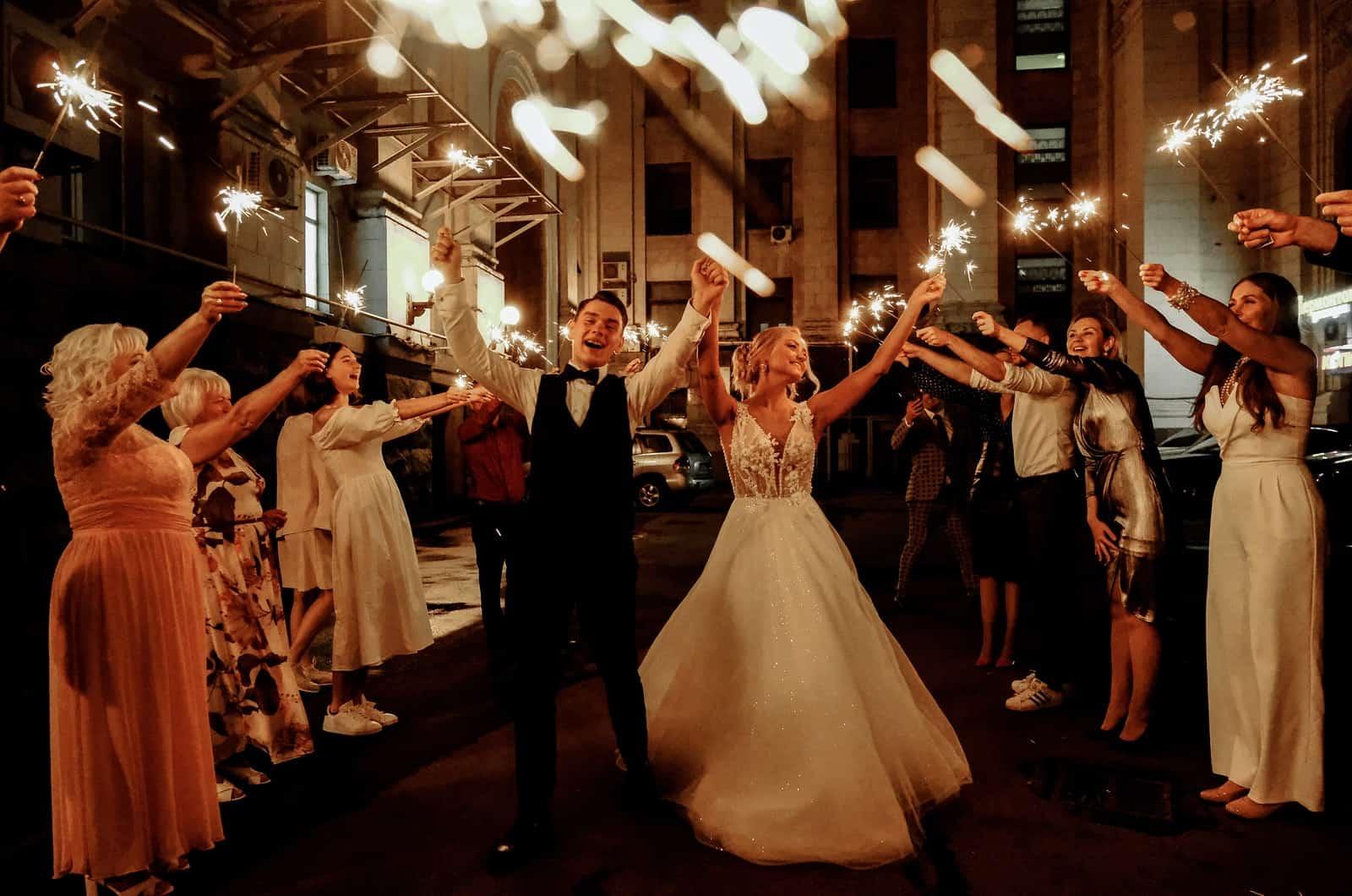 Hochzeitspaar feiert mit Gästen