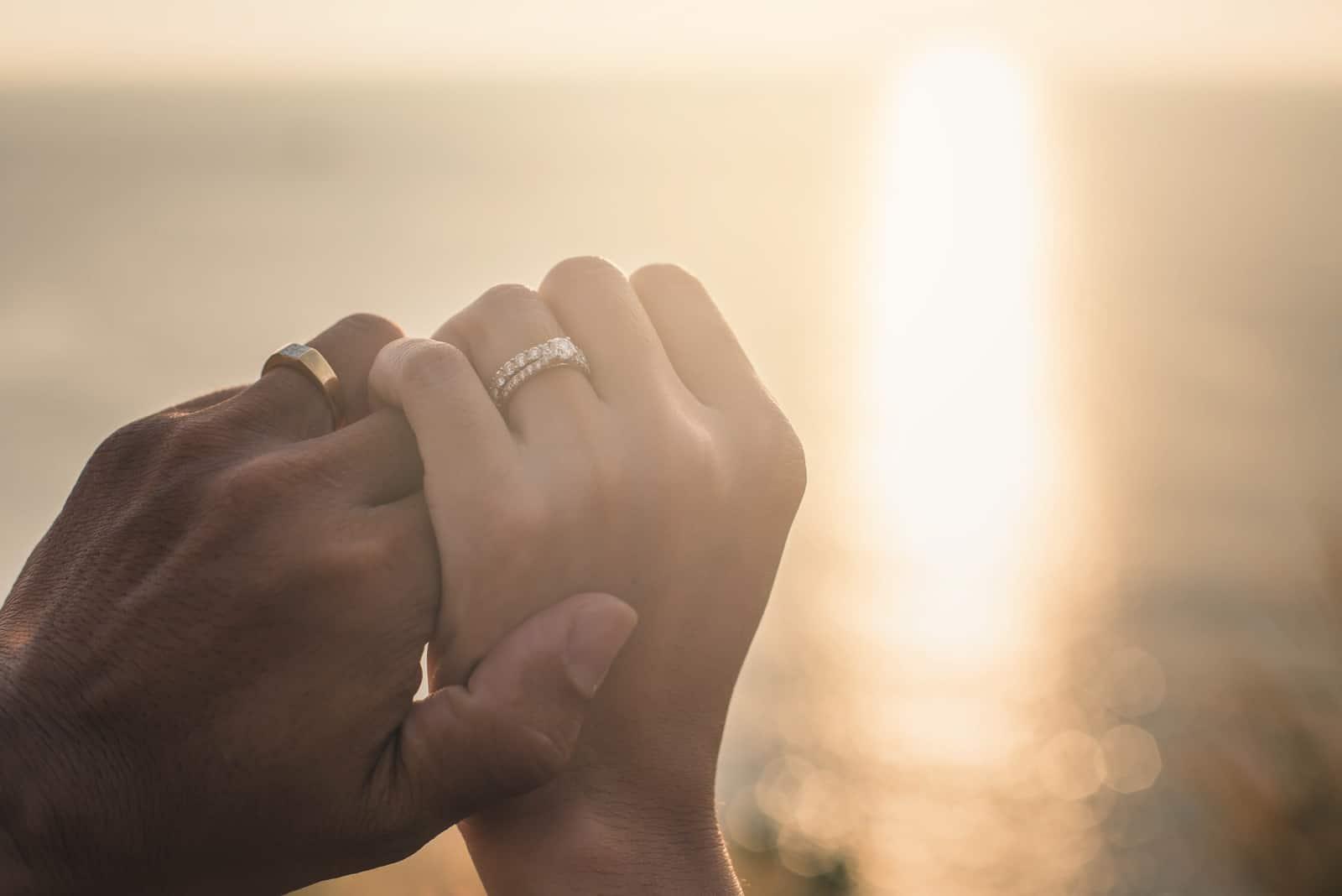 Hochzeitspaar hält Händchen