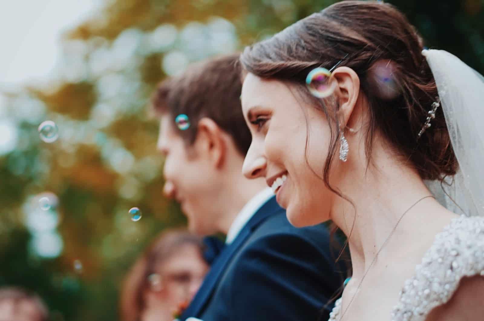 Hochzeitspaar mit Blasen im Hintergrund