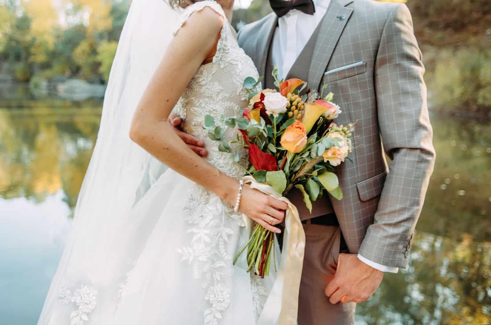 Hochzeitspaar mit Vintage-Blumenstrauß fotografiert