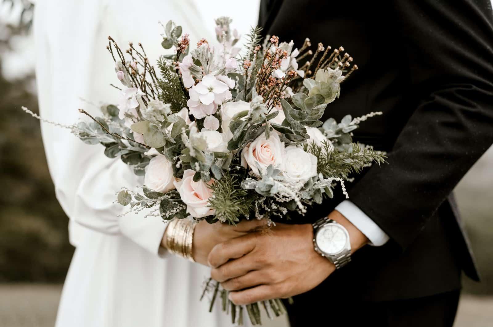 Hochzeitspaar mit einem Blumenstrauß