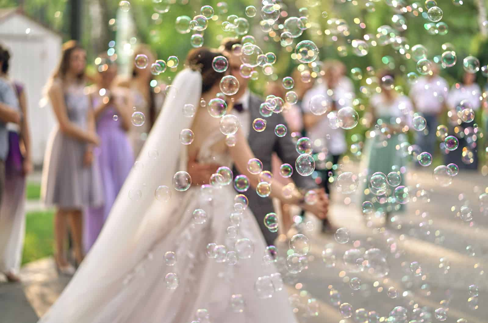 Hochzeitspaar tanzt mit Seifenblasen herum