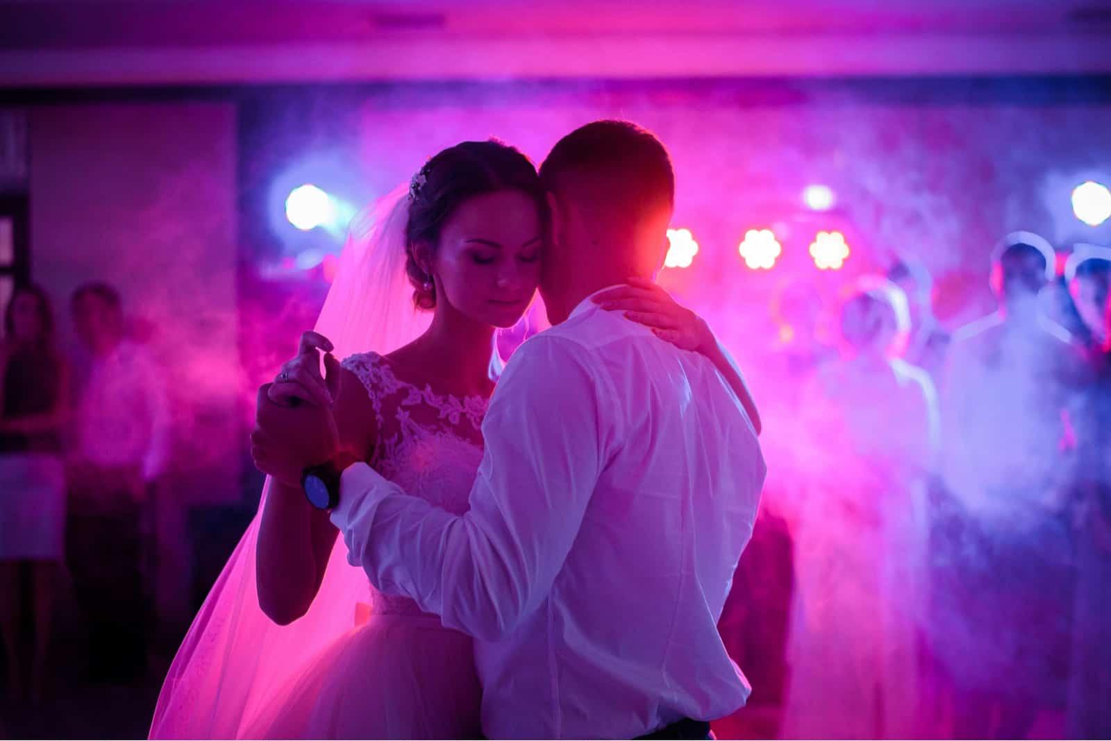 Hochzeitspaar tanzt zum ersten Mal