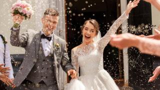 Hochzeitspaar jubelt nach der Zeremonie