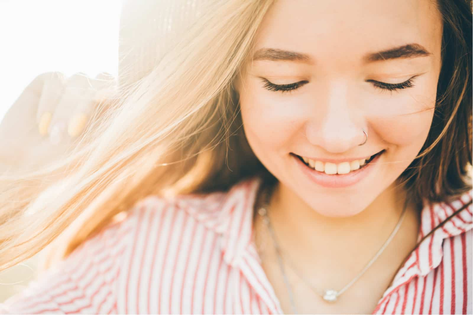 Junge Frau im Freien, die das Sonnenlicht genießt