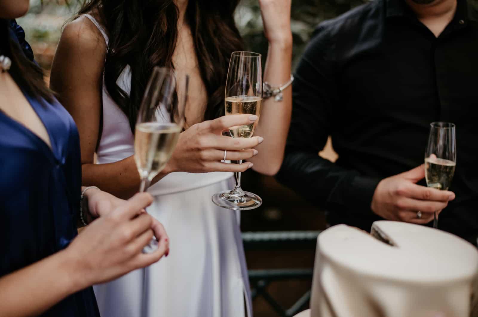 Leute bei der Hochzeit mit Champagnergläsern