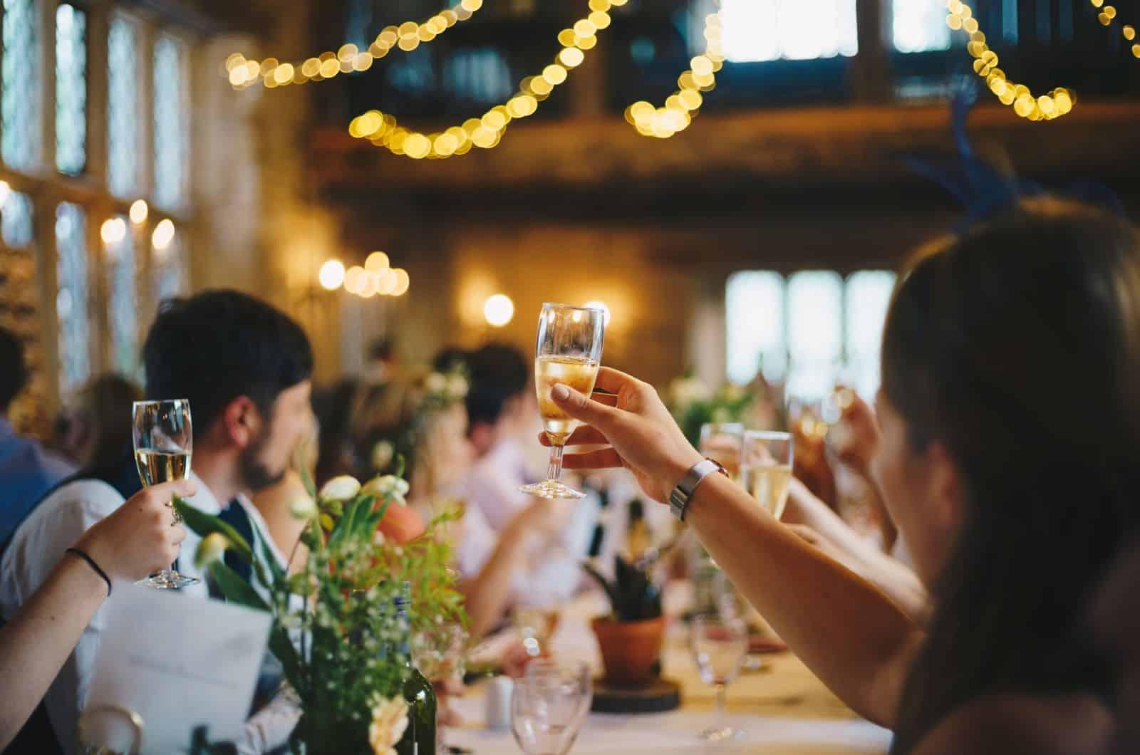 Leute, die auf der Hochzeitsfeier anstoßen