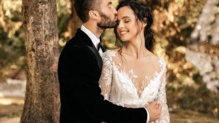 Schönes Hochzeitspaar von Brautpaaren umarmt