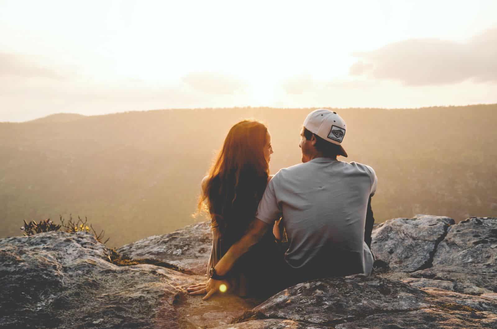 Paar genießt die Aussicht in die Berge
