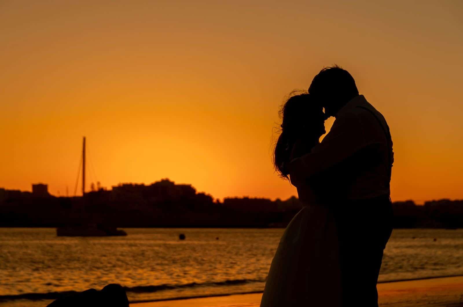 Paar küsst sich bei Sonnenuntergang