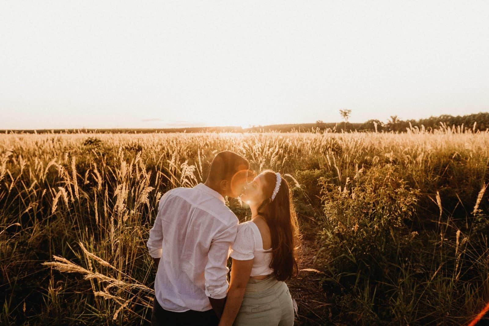 Paar küsst sich im Feld