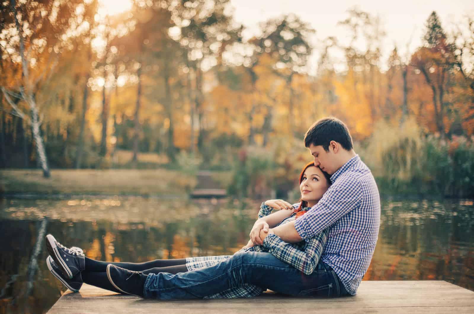 Paar sitzt zusammen am Dock