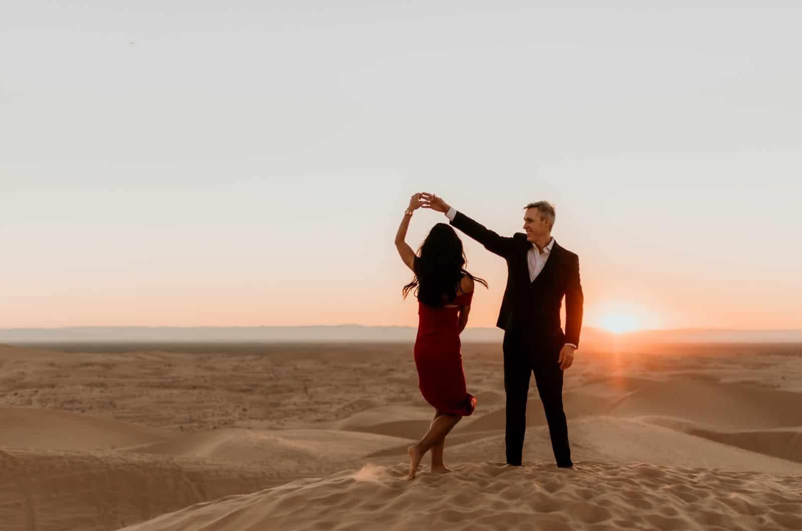 Paar tanzen in der Wüste