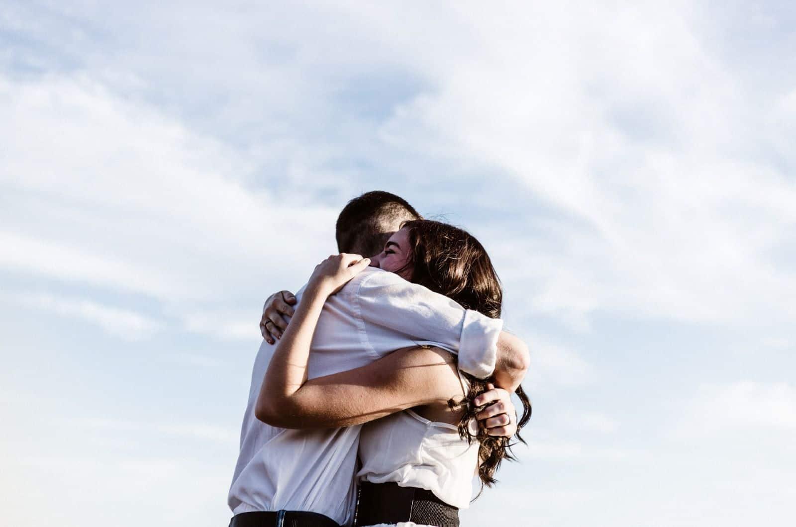 Paar umarmt mit Himmel als Hintergrund