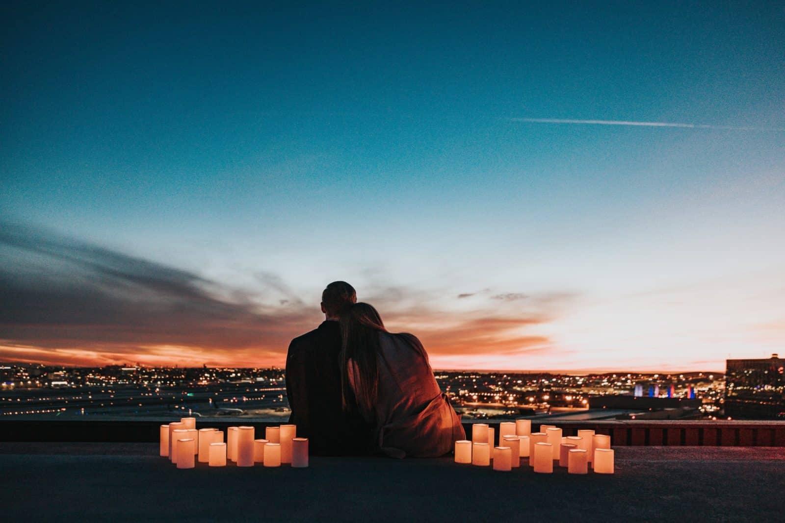 Paar umgeben von Laternen
