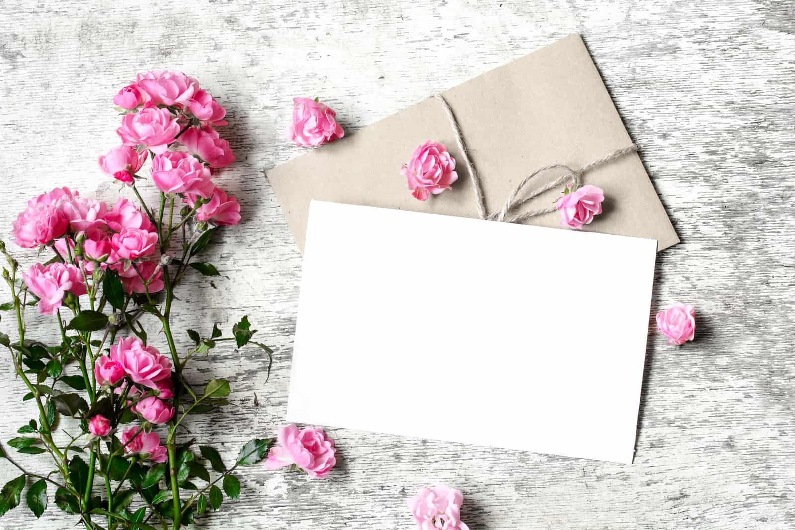 Rosenstrauß mit einer leeren Grußkarte