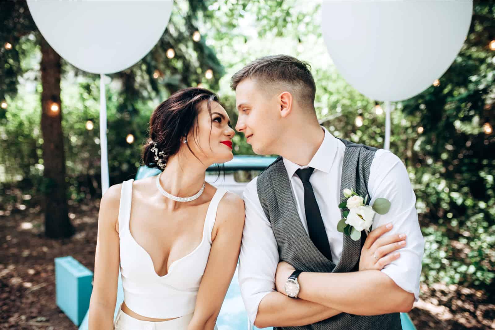 Stilvolles liebevolles Hochzeitspaar
