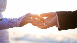 Hochzeitspaar Händchen haltend mit Eheringen