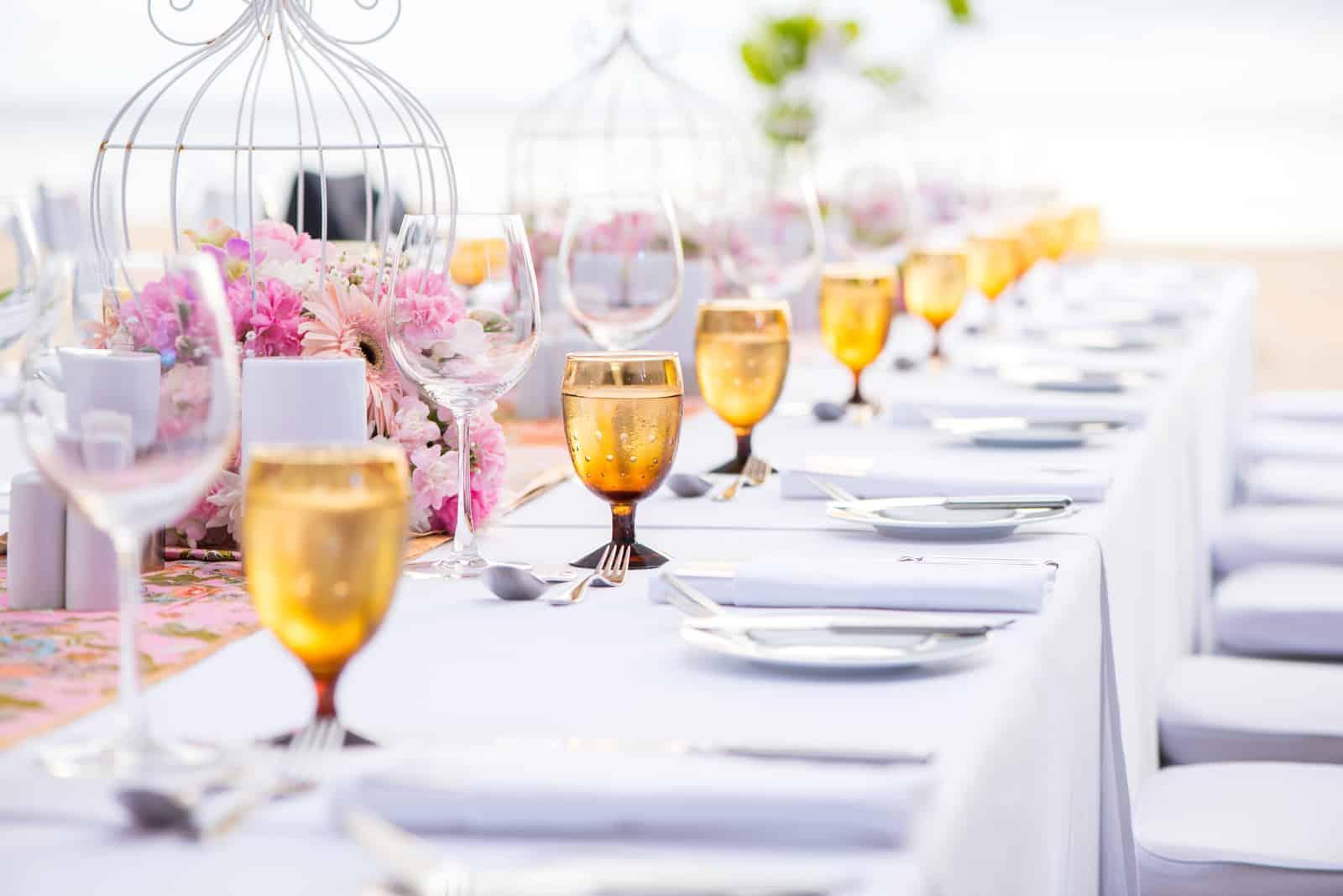 Tischdekoration bei einer Luxushochzeit und schöne Blumen auf dem Tisch