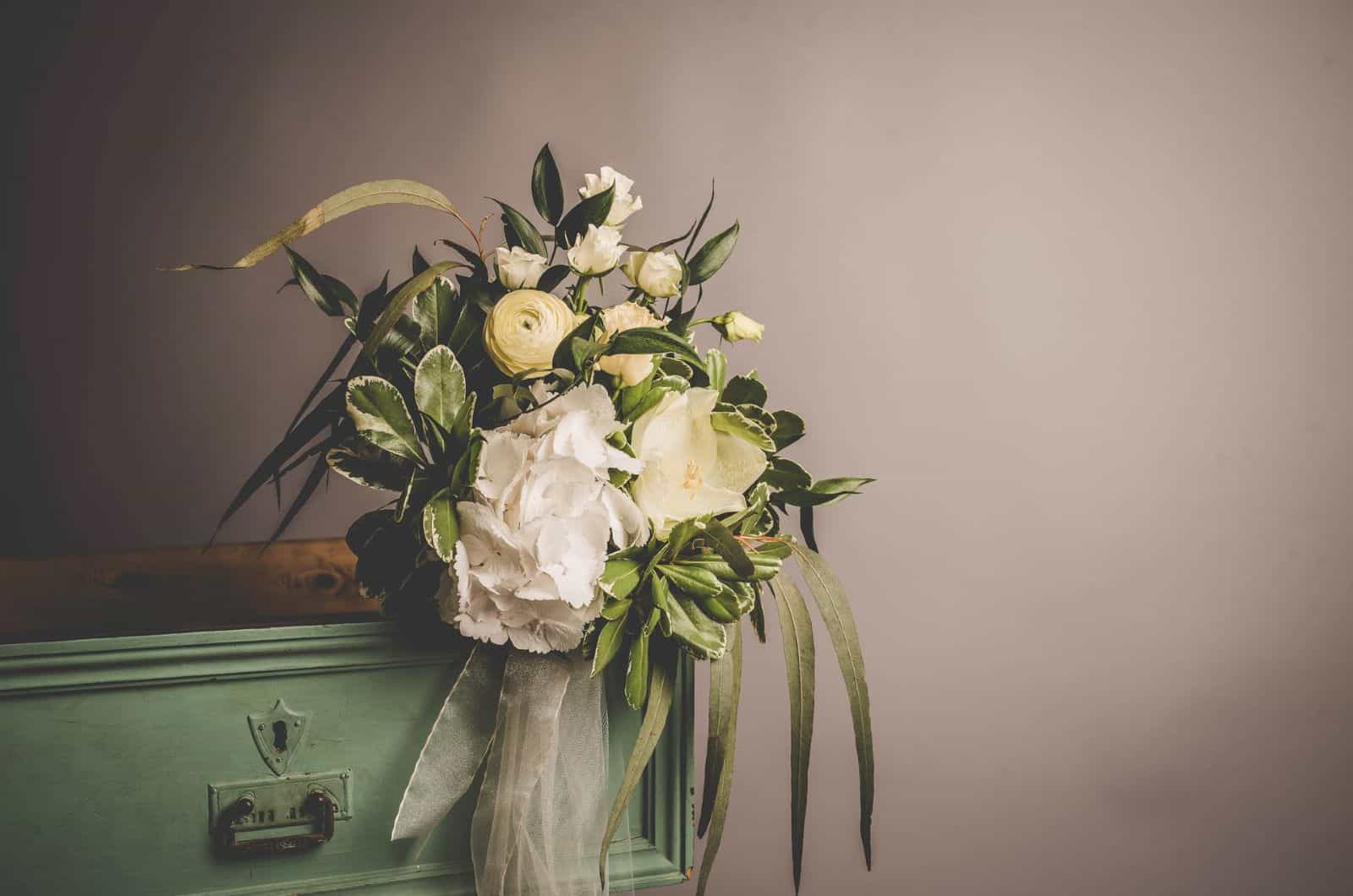 Vintage-Blumenstrauß auf einem Schreibtisch