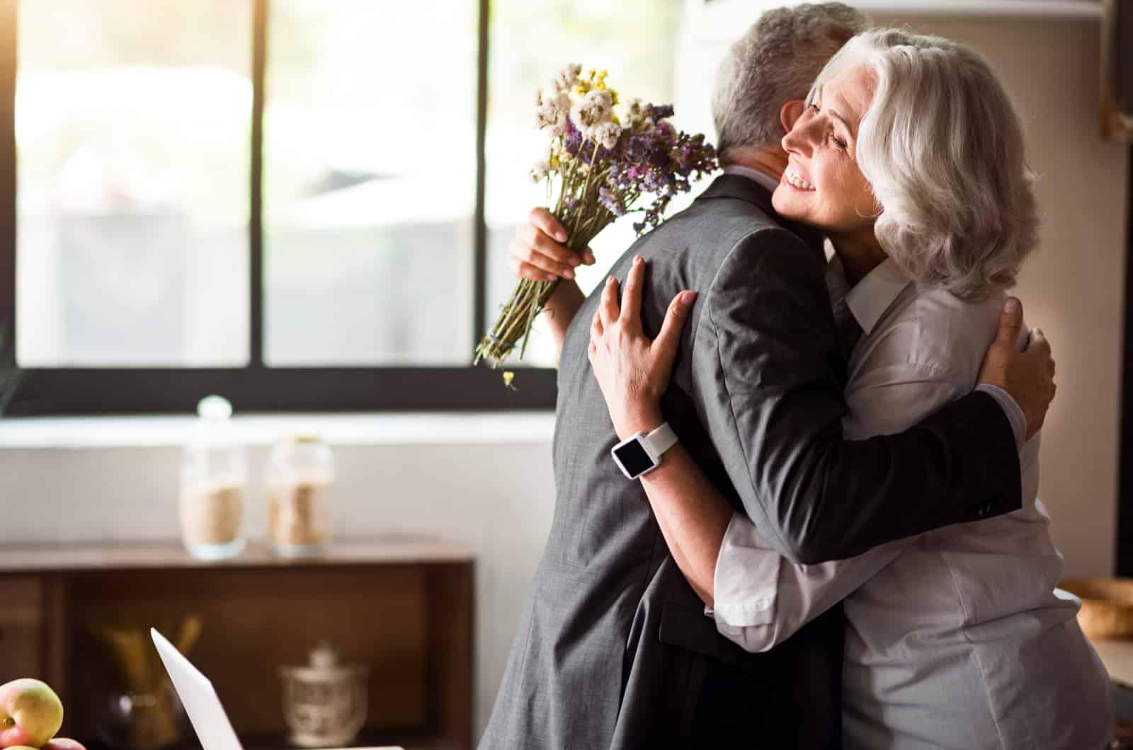 älteres Paar umarmt