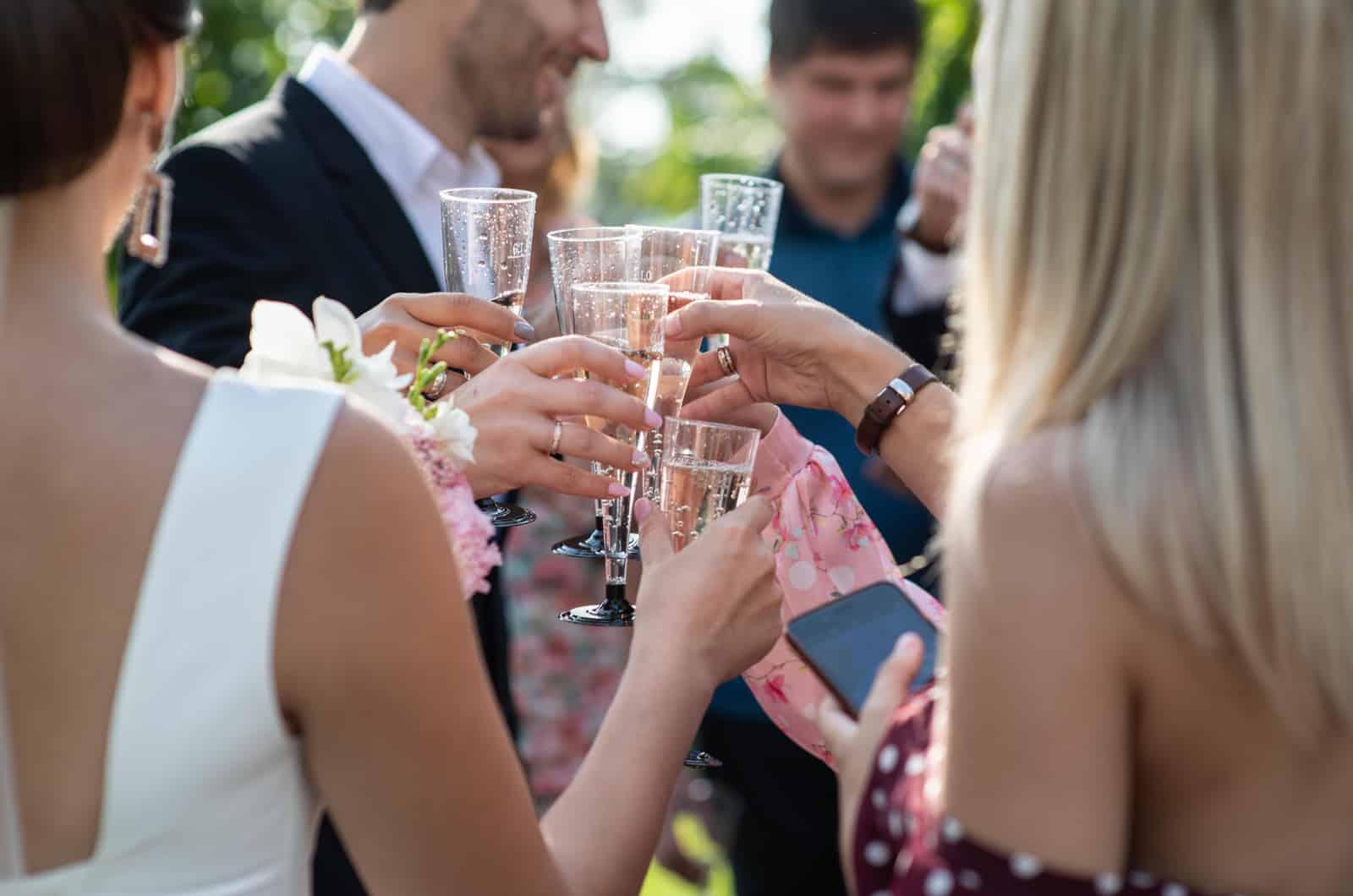 eine Gruppe von Leuten, die bei der Hochzeit feiern