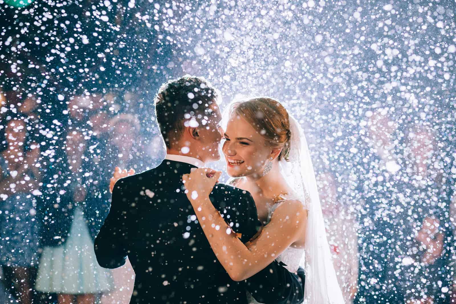 erster Hochzeitstanz eines schönen Paares