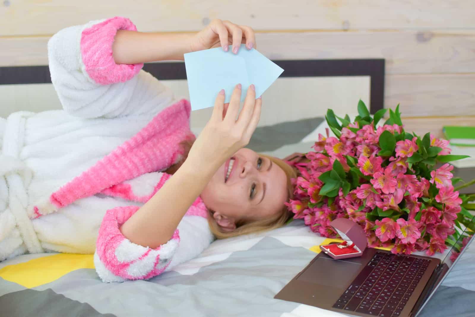 glückliche schöne Frau liest Liebesbrief