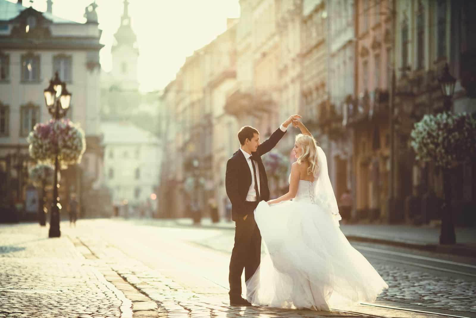 glückliches Paar tanzt in der Innenstadt