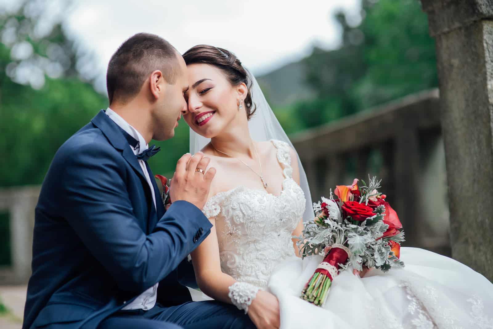 glückliches schönes Hochzeitspaar im Freien