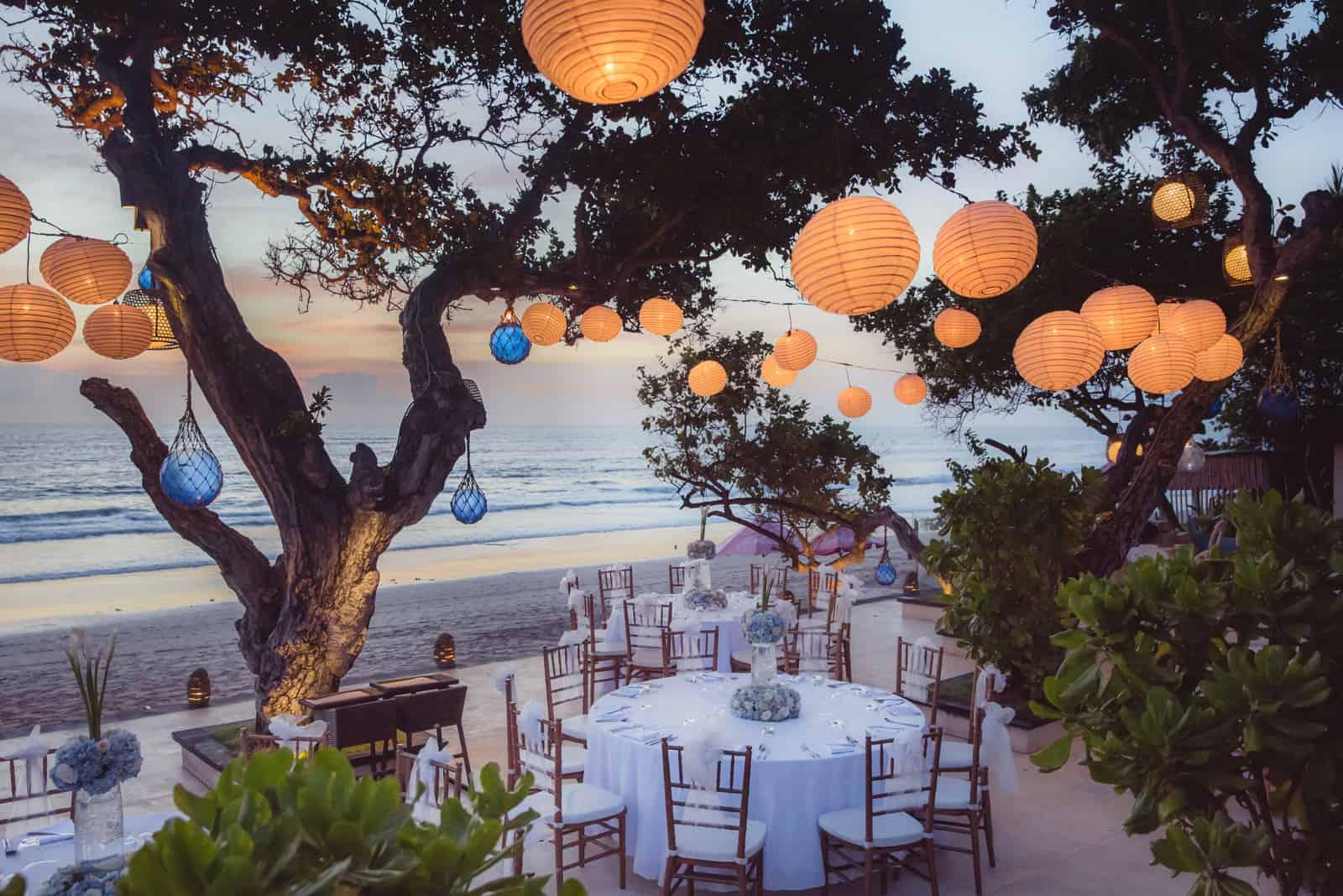 romantisches Abendessen am Strand mit wunderschönem Blick auf den Sonnenuntergang
