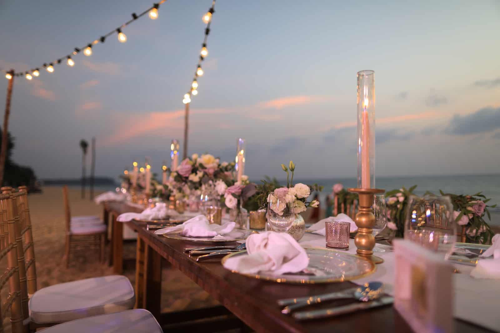 schönes Hochzeitsessen aufgebaut