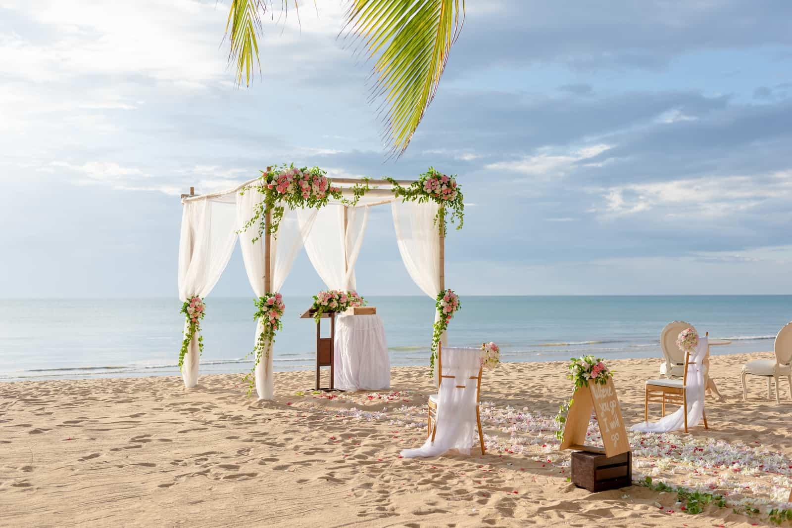 wunderschönes Hochzeits-Setup am Strand
