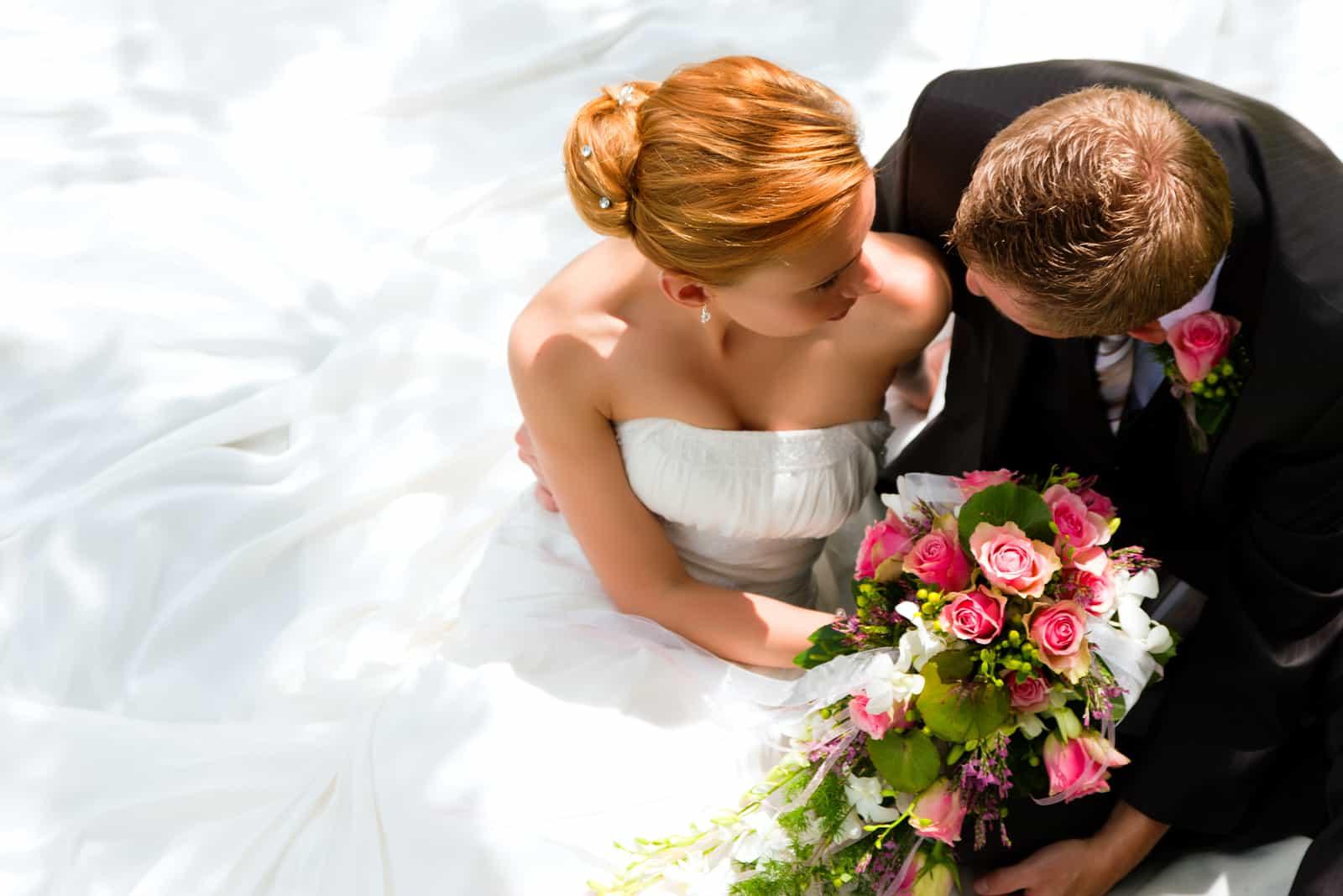 wunderschönes Hochzeitspaar umarmt