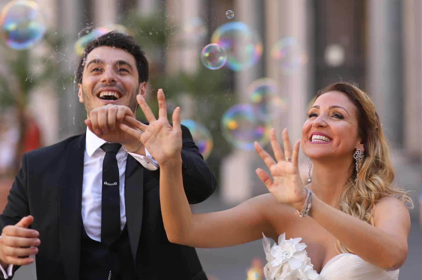 Braut und Bräutigam beobachten Seifenblasen