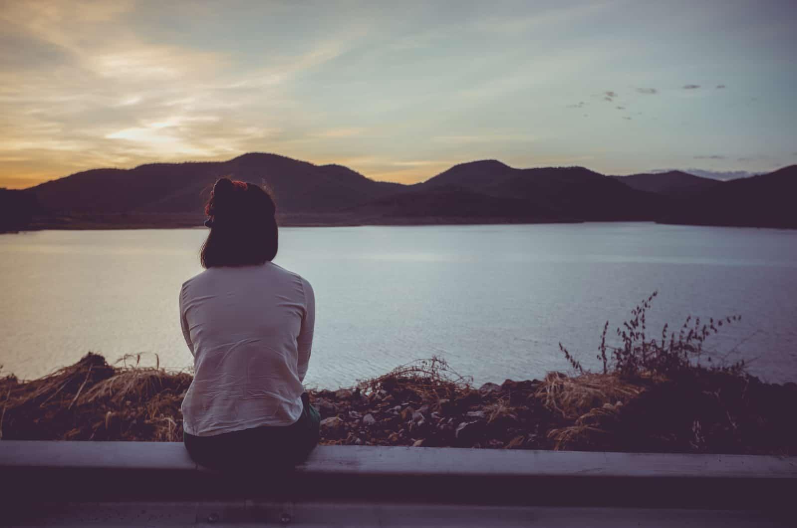 Frau allein beobachtet die Natur