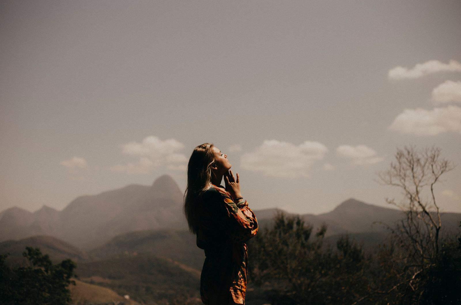 Frau allein in der Sonne einweichen