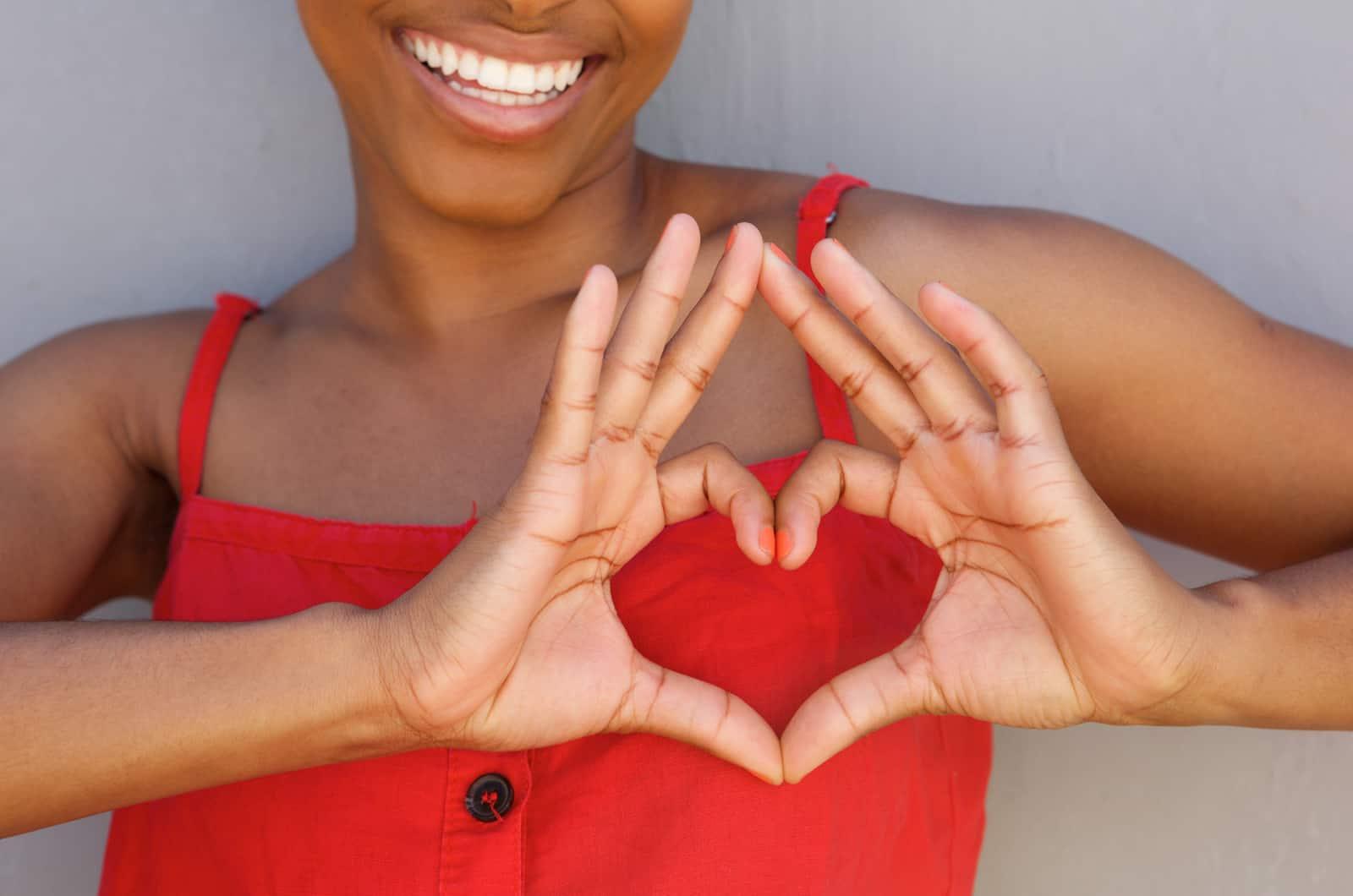 Frau macht Herz mit Händen