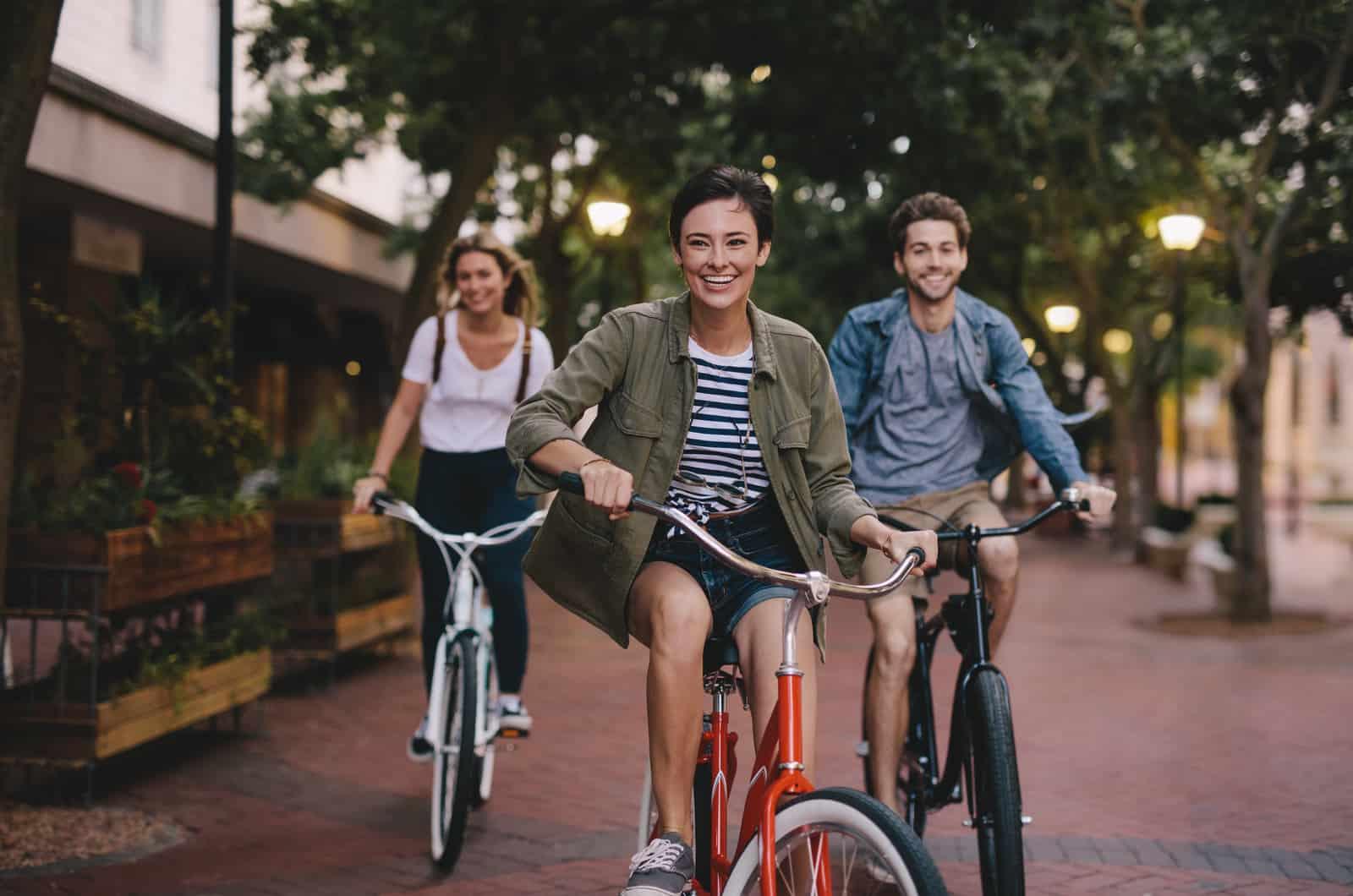 Freunde, die Fahrrad fahren