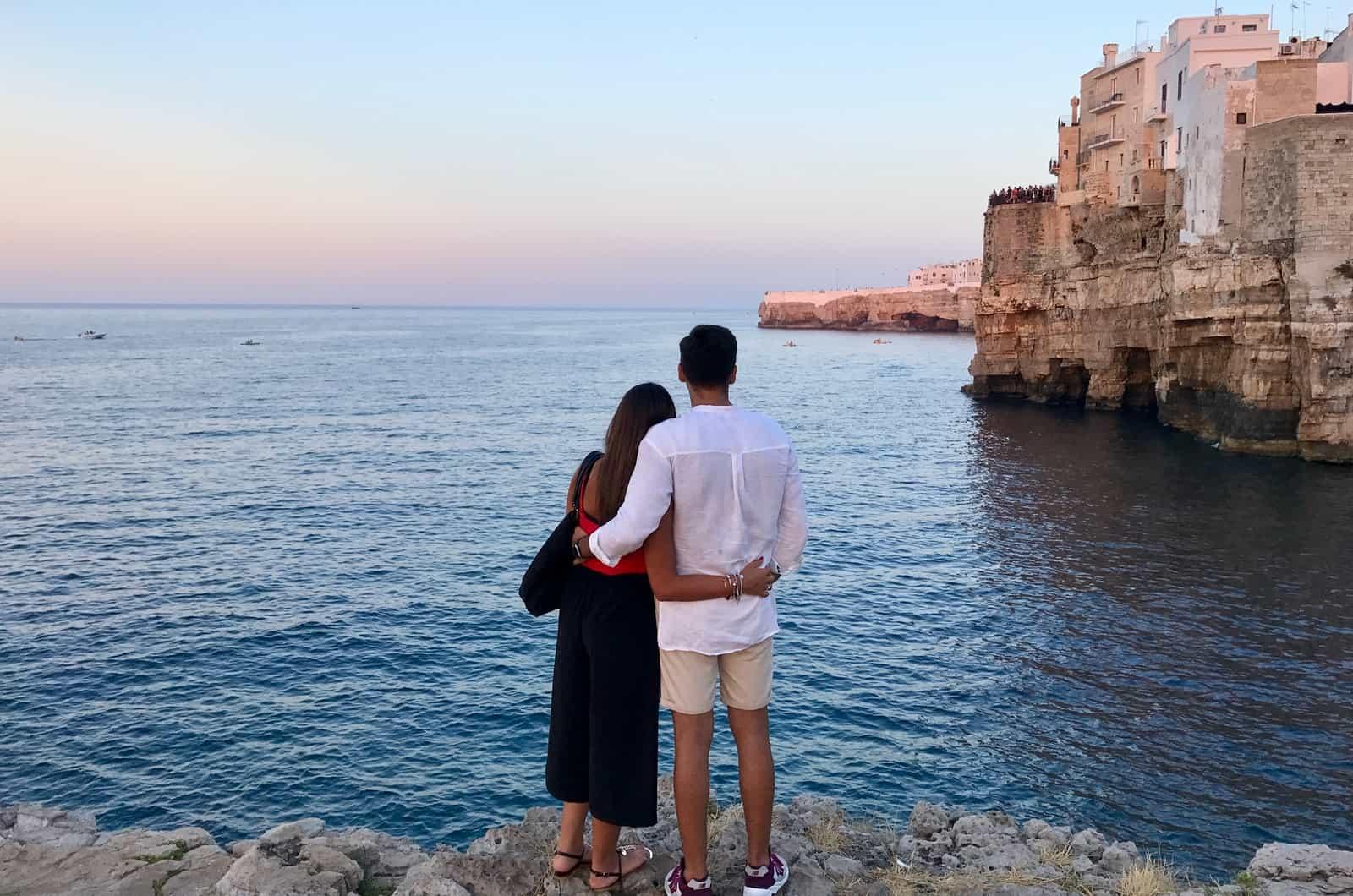 Mann und Frau umarmen sich und schauen aufs Meer
