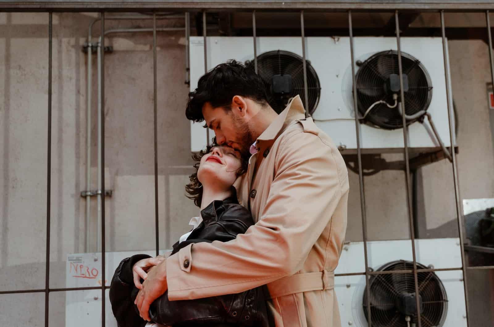 Paar posiert auf der Straße